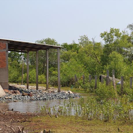 Vietnam: Ein verlassener Neubau an der Küste. Der Meeresspiegel kam dem Haus zu nahe.