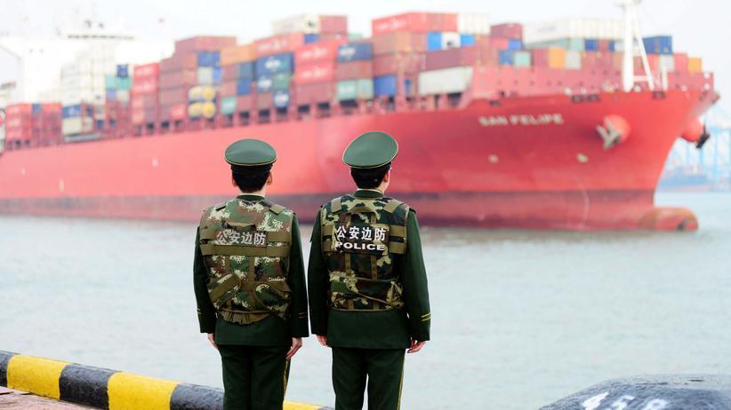 Strafzölle: Ein Containerschiff im Hafen von Qingdao