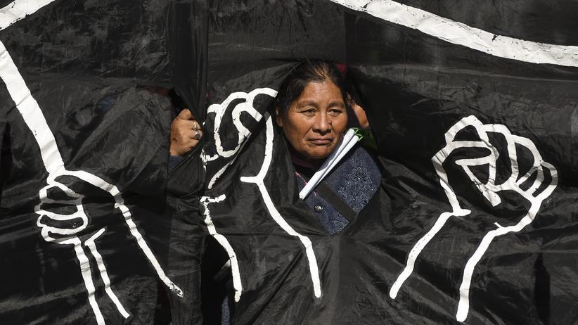 Argentinien: Eine Frau protestiert in Buenos Aires gegen die Verhandlung der Regierung von Mauricio Macri mit dem Weltwährungsfonds und gegen eine Erhöhung der Gebühren für öffentliche Dienstleistungen.