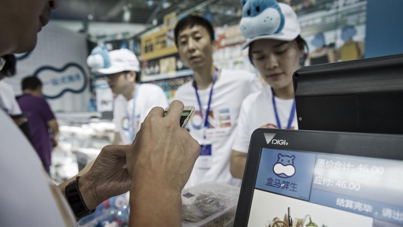 Alibaba: In einem Hema-Supermarkt von Alibaba in der chinesischen Stadt Hangzhou