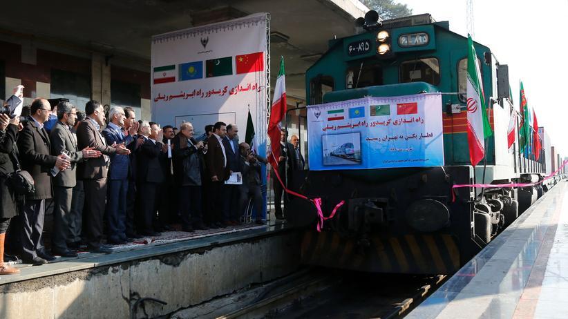 Neue Seidenstraße: Im Februar 2016 feierten iranische Amtsträger die Ankunft des ersten Zuges aus China am Bahnhof Teheran.