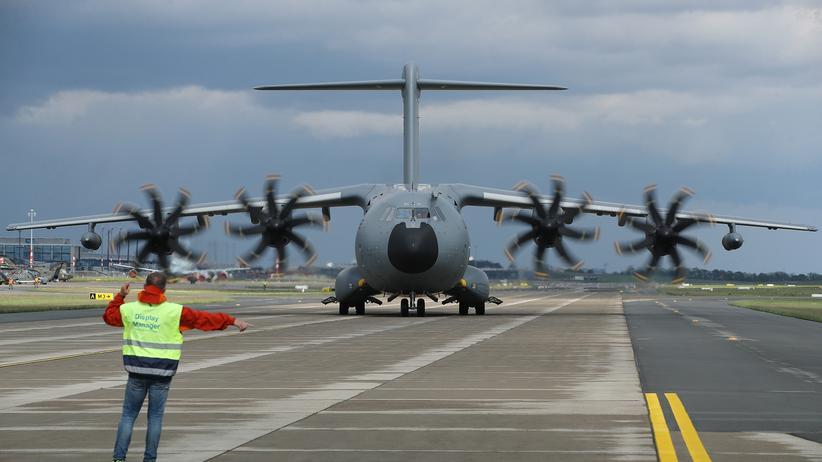 Wehretat: Ein von Airbus produziertes Transportflugzeug des Typs A400M auf der Berliner Luftfahrtmesse Ende April