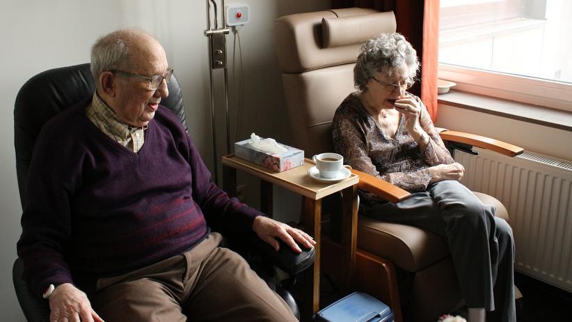 Altenpflege: Zeit für die alten Menschen fehlt vielen Fachkräften in der Altenpflege – auch, weil der Fachkräftemangel so groß ist.