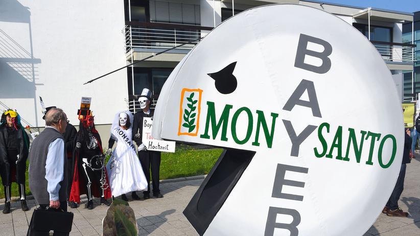 Monsanto-Übernahme: Die Übernahme von Monsanto durch Bayer hatte weltweit für Proteste gesorgt, wie hier zuletzt Ende Mai in Bonn am Rand der Hauptversammlung des Konzerns.
