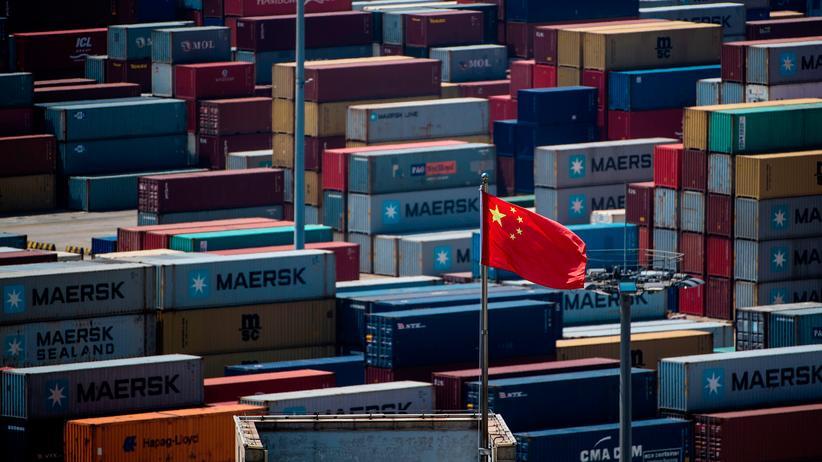 Handelsstreit: Die chinesische Flagge vor Containern am Tiefwasserhafen Yangshan