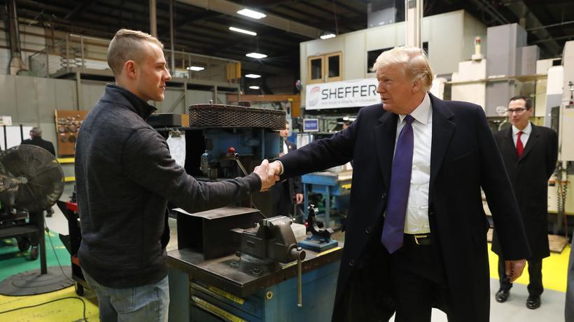Arbeitsmarkt US Prasident Donald Trump Bei Einer Fabrikbesichtigung In Cincinnati