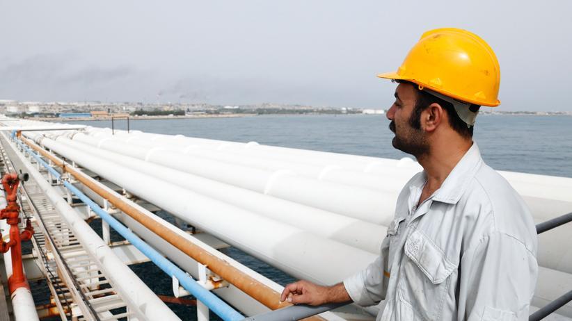 US-Sanktionen: Ein iranischer Arbeiter auf einer Ölplattform im Persischen Golf