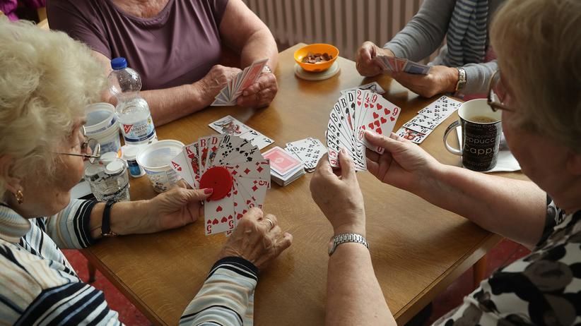Rentenvorschlag DGB: Kartenrunde in einem Seniorenzentrum in Berlin