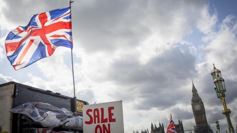 """Brexit: Ein Kiosk mit einem """"Sale On""""-Schild deutet an, dass Großbritannien ein Opfer des Brexit-Referendum sei."""