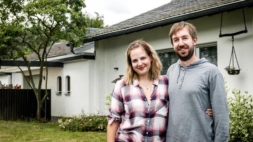 Hauskauf: Das Ehepaar Schmidt vor seinem Haus in Euskirchen-Stotzheim