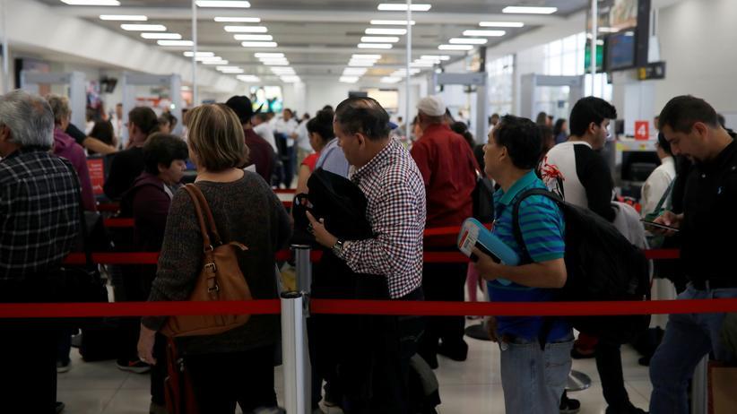 Fluggesellschaften: Warten vor der Sicherheitsschleuse im Flughafen (El Salvador, January 2018).
