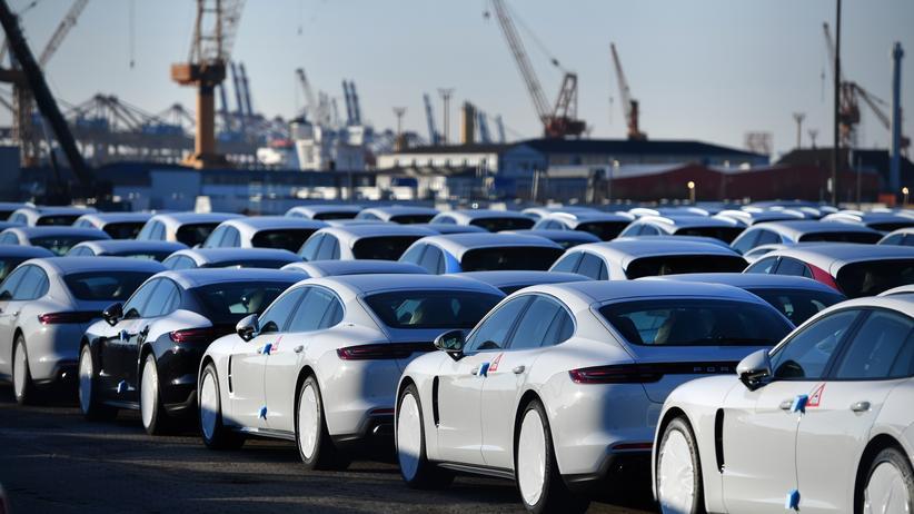 Donald Trump: Autos von Porsche warten in Bremerhaven auf den Export.