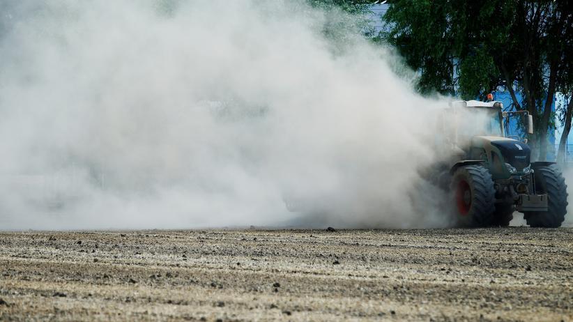Dürre: Viel Staub wirbelt dieser Geinsheimer Bauer beim Eggen eines Feldes auf.