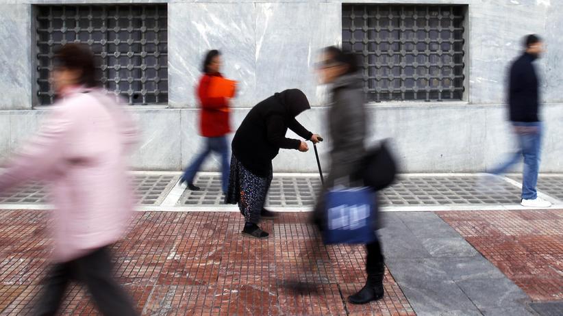 Yanis Varoufakis: Ex-Finanzminster Varoufakis sieht die Griechenland-Rettung nicht als Erfolgsgeschichte: Die Armut – hier eine Bettlerin in Athen – habe zugenommen.