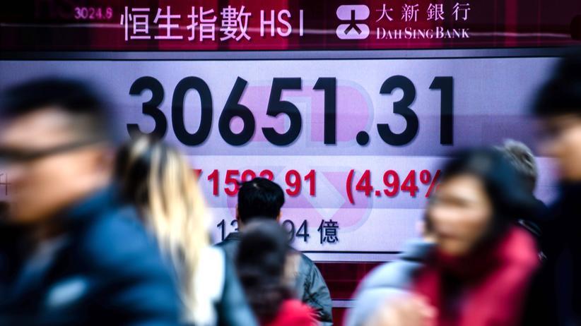 Handelskrieg: Ein Handelskrieg wird sich an den Börsen widerspiegeln: Eine Anzeige des Hang Seng Index in Hong Kong (Februar 2018)