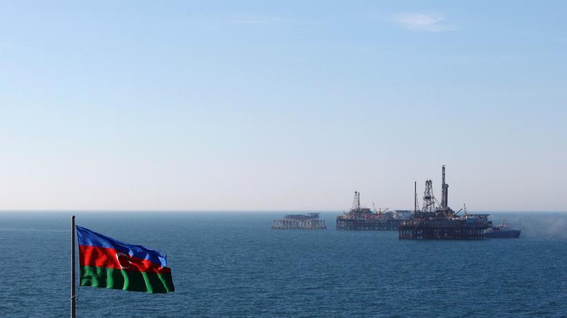 Öl- und Gasvorkommen: Eine Flagge Aserbaidschans weht vor einer Ölbohrinsel im Kaspischen Meer.