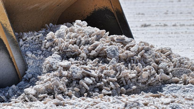 Lithium: Nur ganz helles, silbrig glänzendes Gestein enthält Lithium. Das dunkelgraue Pulver ist Abfall.