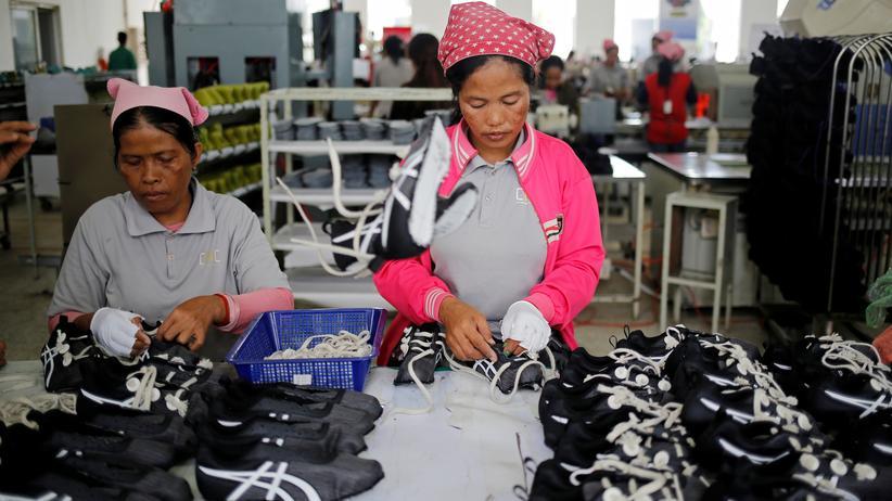 Nachhaltigkeit: Frauen in einer Schuhfabrik in Kampong Speu, Cambodia