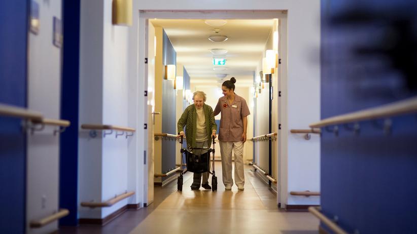 Pflegebedürftige in Deutschland: Zahl der Pflegebedürftigen wird deutlich steigen