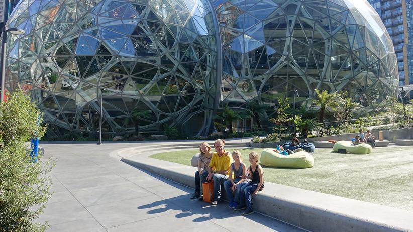 Amazon Go: Die Testeinkäufer vor den Spheres in Seattle
