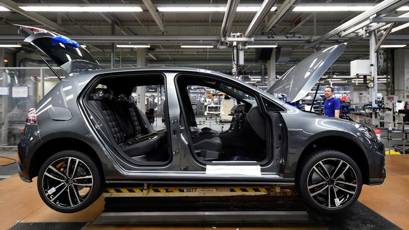 BMW, Daimler und VW: Ein VW-Golf im Volkswagenwerk in Wolfsburg