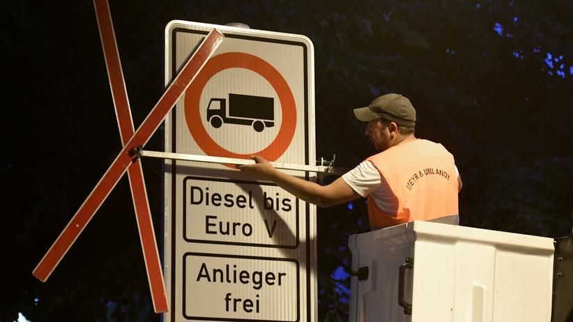 Dieselgipfel: An der Max-Brauer-Allee in Hamburg wurde das bislang einzig gültige Dieselfahrverbot in Kraft gesetzt.