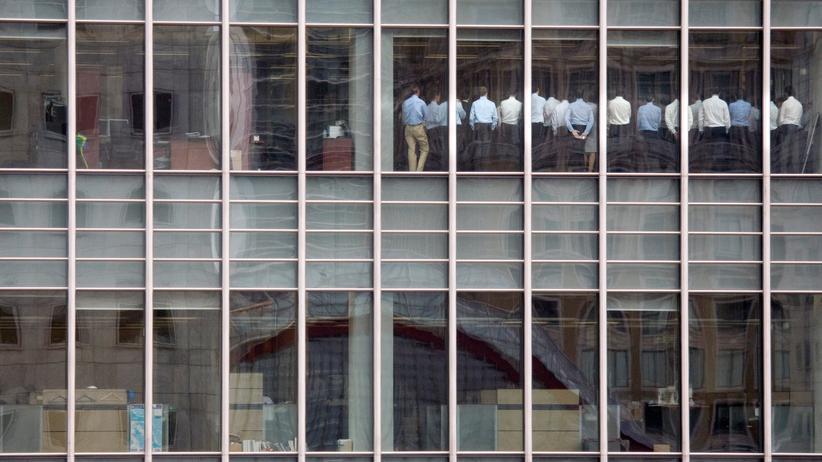 Finanzkrise: Bankangestellte während einer Krisensitzung im Londoner Büro von Lehman Brothers