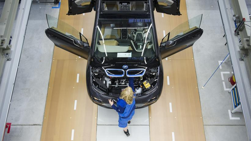 Jahresbericht zur Deutschen Einheit: Eine Arbeiterin im BMW-Werk in Leipzig