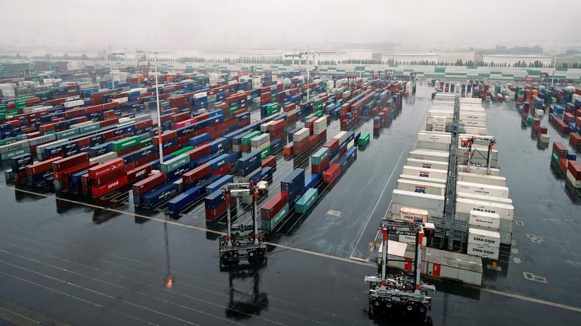 Postwachstumsökonomie: Sähe in einer Postwachstumswelt vermutlich ganz anders aus: ein Hafen in Le Havre, Frankreich, in dem derzeit Container umgeschlagen werden