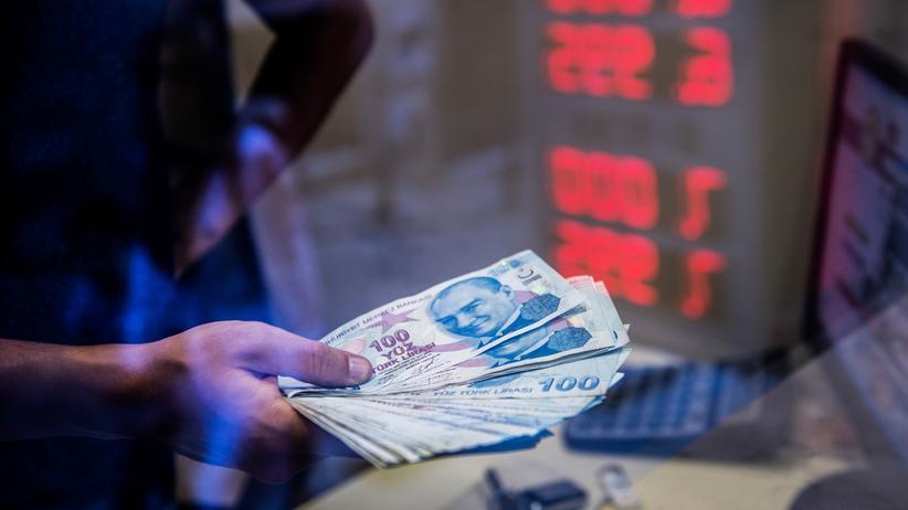 Lira-Krise: Derzeit etwa sechs Prozent weniger wert als zum Zeitpunkt der Aufnahme: eine Handvoll türkischer Lira-Banknoten in einem Wechselbüro in Istanbul, fotografiert Mitte August.