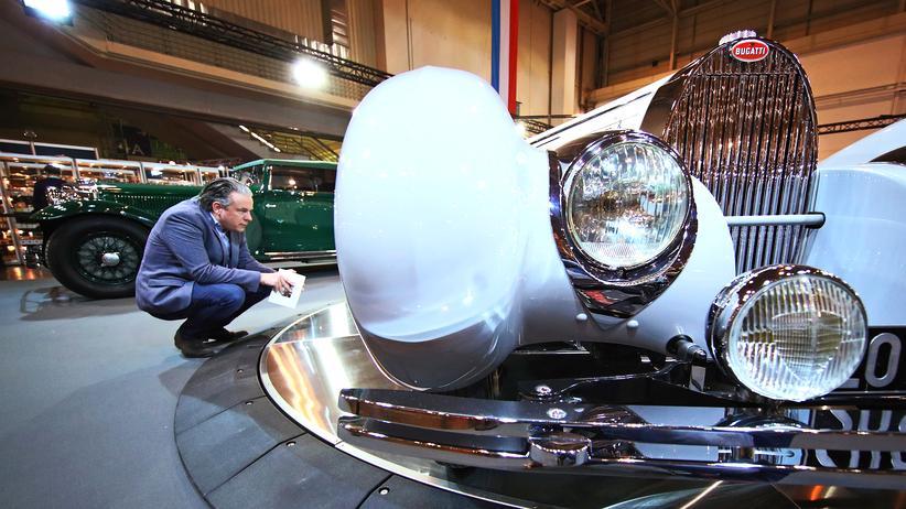 Solidaritätszuschlag: Ein Interessent für einen Bugatti-Wagen auf einer Messe in Essen (Archiv)