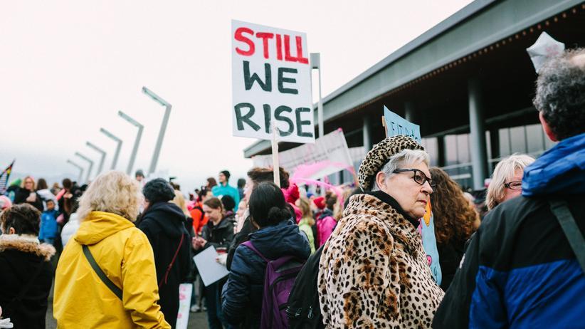 Gleichberechtigung: Frauenproteste in Vancouver: Dem neuen Global Gender Gap Report zufolge würde es noch über 100 Jahre dauern, bis Männer und Frauen gleichberechtigt sind.