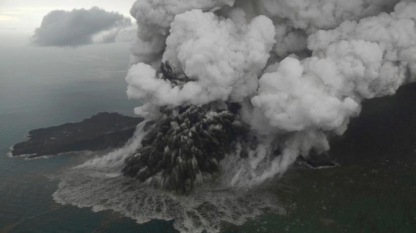 Indonesien: Die Luftaufnahme zeigt vulkanisches Material, das aus dem Krater des Anak Krakatau in der Sunda-Meerenge entweicht.