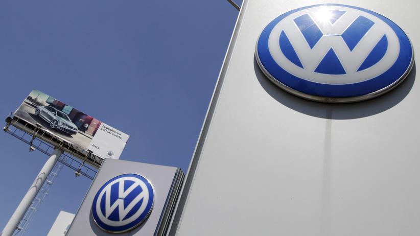 Musterfeststellungsklage: Das VW-Logo an der Fabrik des Konzerns im mexikanischen Puebla