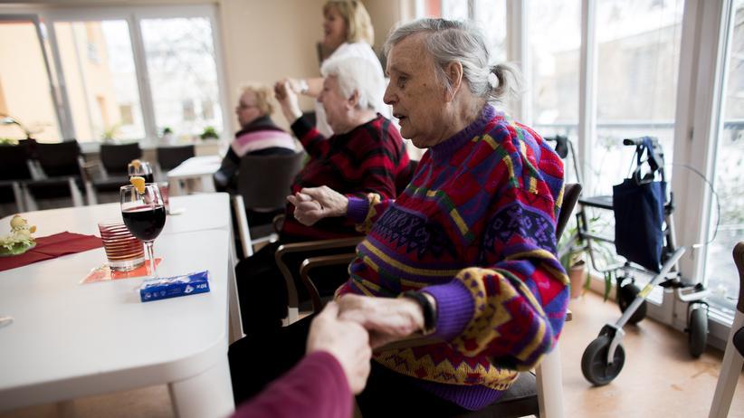 Pflegeversicherung: Pflegebedürftige in einer Einrichtung in Berlin