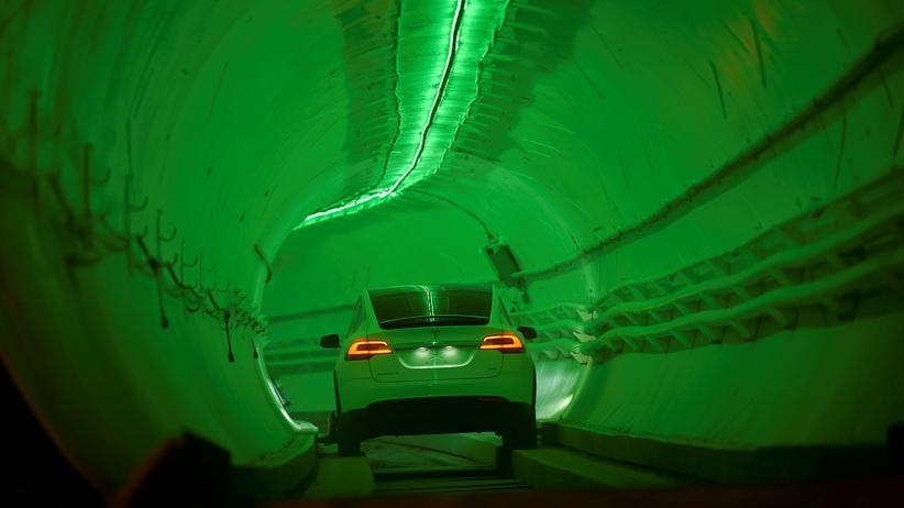 Elektroautohersteller: Ein Auto des US-Elektroautoherstellers Tesla fährt durch einen Tunnel.