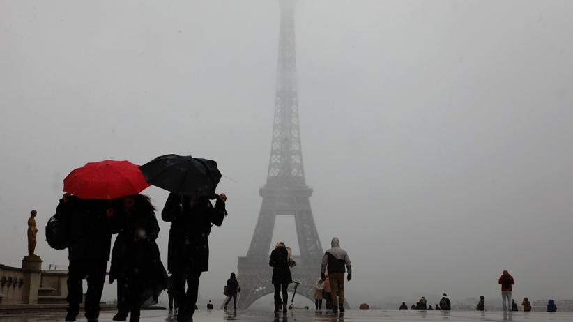 Tourismus: Touristen vor dem Eiffelturm in Paris