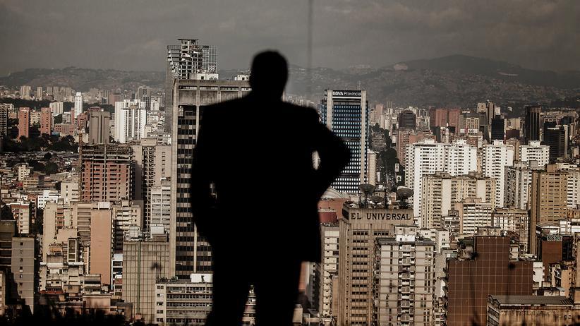 Venezuela: Ein Mann schaut auf die Skyline von Caracas, der Hauptstadt von Venezuela.