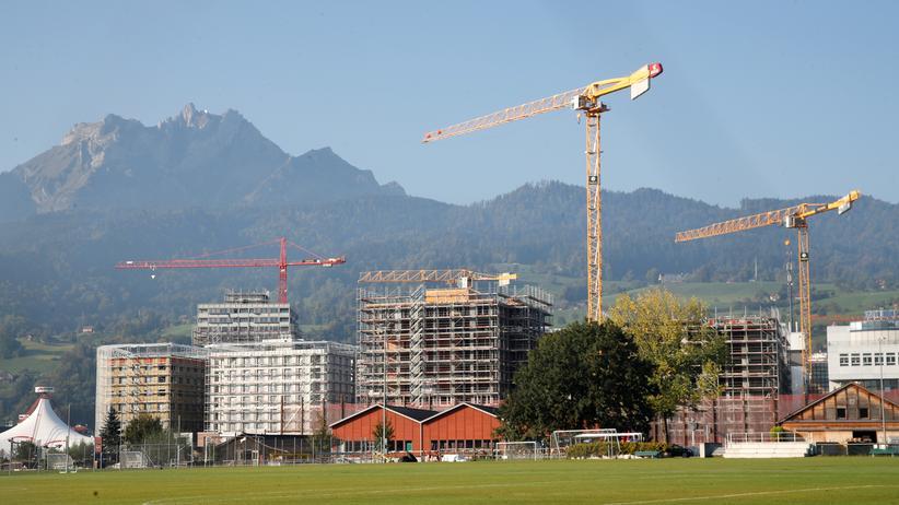 Zersiedlungsinitiative: Vor dem Pilatus, dem Hausberg der Luzerner, entstehen Wohnungen und Bürogebäude.