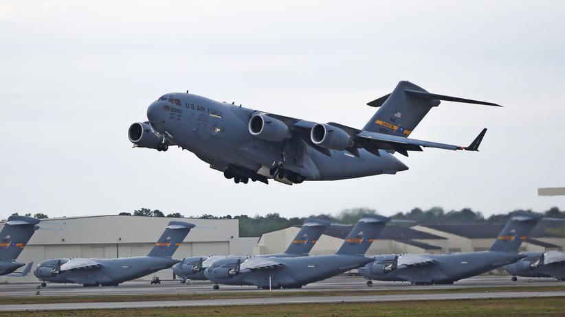 Luftverkehr: Das Militärflugzeug Boeing C-17 hebt ab.