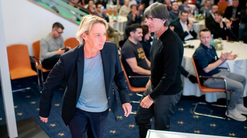 Gehaltsunterschiede: Ob zwischen diesen beiden auch eine Lohnlücke besteht und wie hoch diese wohl ist? Bundestrainer Joachim Löw (rechts) und Bundestrainerin Martina Voss-Tecklenburg.