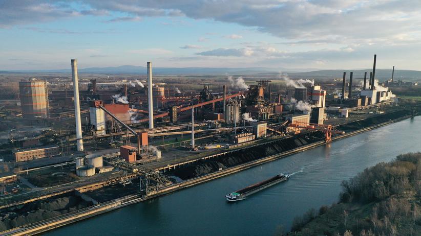 Konjunktur: Die Stahlwerke in Salzgitter: Vor allem die Aufträge in der Industrie sind im ersten Quartal zurückgegangen.
