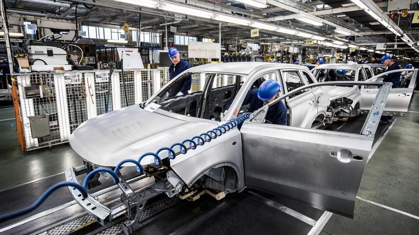 Ungarn: Arbeiter in einem Suzuki-Werk in Esztergom, Ungarn