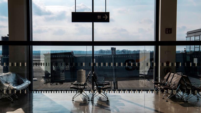 Flughafen BER: Sitzgruppen im Terminal des Hauptstadtflughafens Berlin Brandenburg