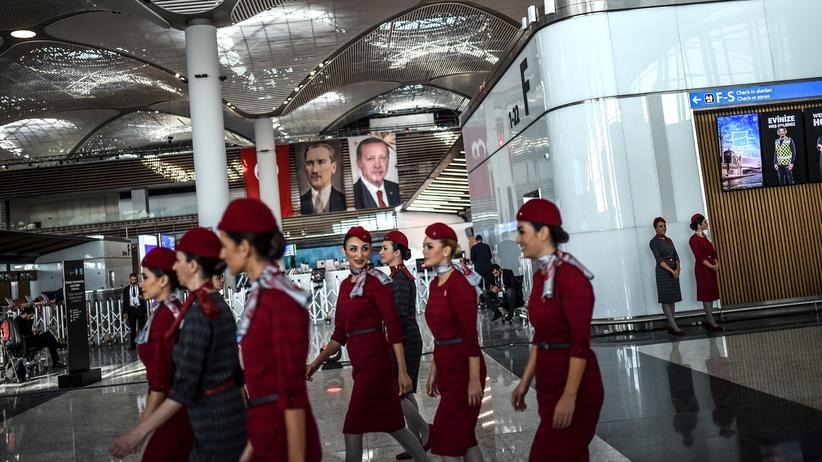 Türkei: Flugbegleiterinnen im neuen Airport: Offiziell eröffnet wurde der Istanbuler Flughafen bereits im Oktober 2018.