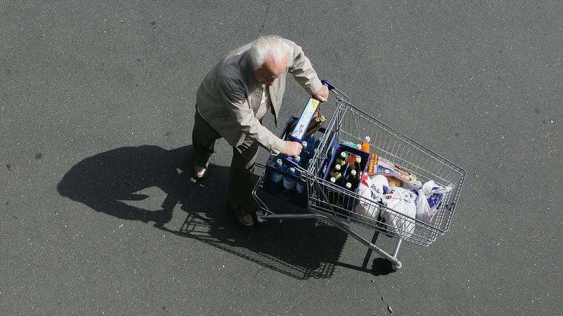 Lebensmittelbranche: Ein Kunde schiebt einen Einkaufswagen.