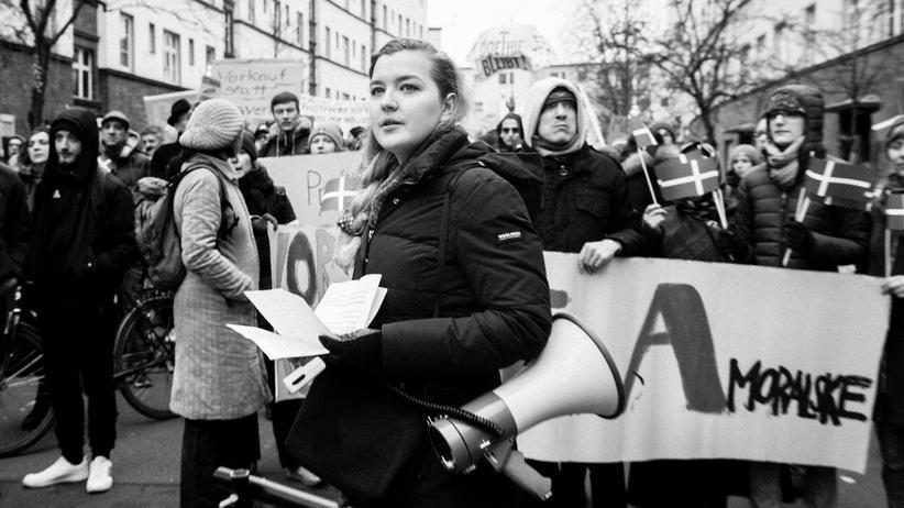 Milieuschutz: Die Mieteraktivistin Elena Poeschl am 15. Dezember 2018 auf der von ihr organisierten Demonstration gegen den Kauf des Hauses in Neukölln