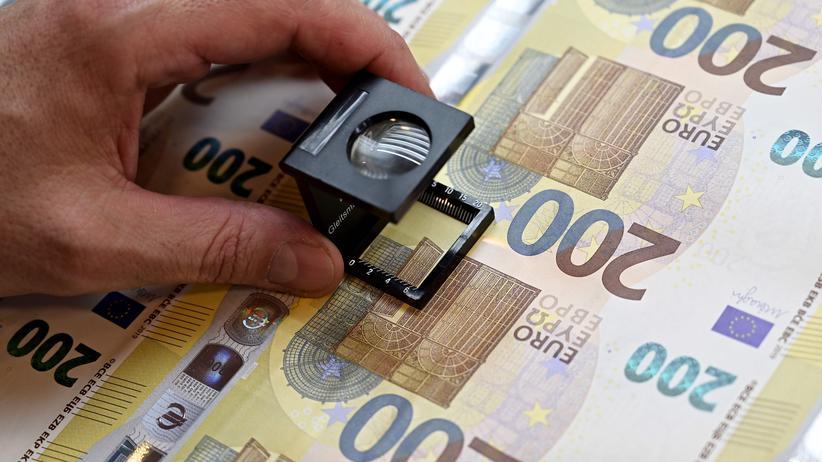 Banknoten: Ein Mitarbeiter der italienischen Notenbank prüft die Produktion der neuen 200-Euro-Scheine.
