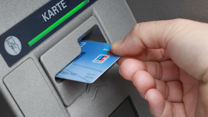 BGH-Urteil: Wer die Gebühr am Bankschalter umgehen will, kann am Automaten Geld aus- oder einzahlen.