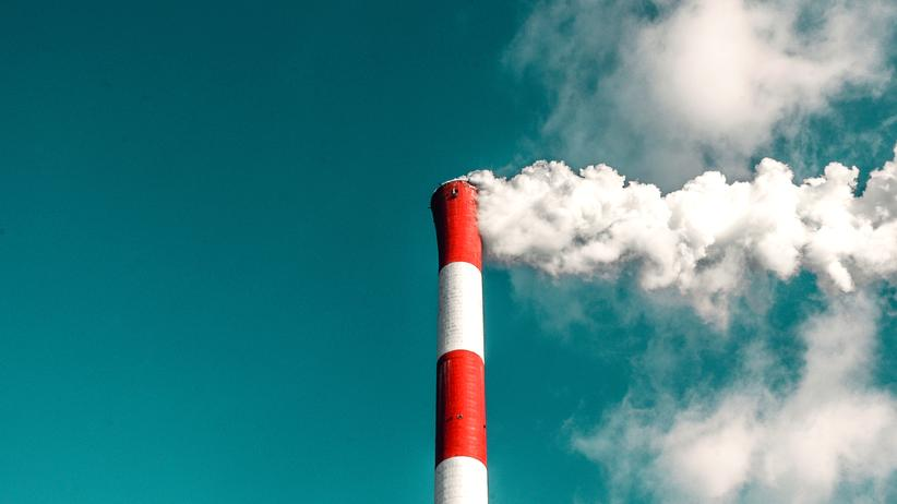 CO2-Preis: Ein Fabrikschlot stößt Rauch aus: Was kosten uns die Abgase?